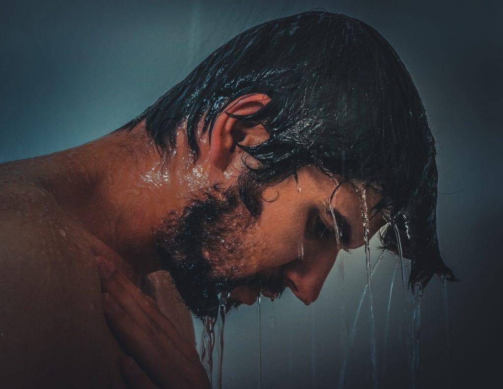 Homem no chuveiro