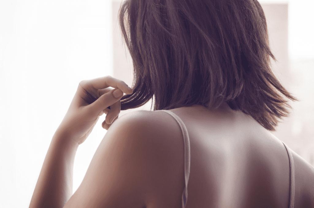 Menina mexendo no cabelo