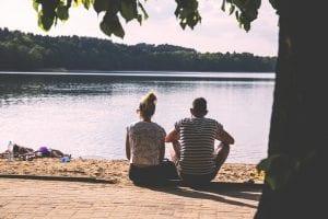 Casal olhando o lago