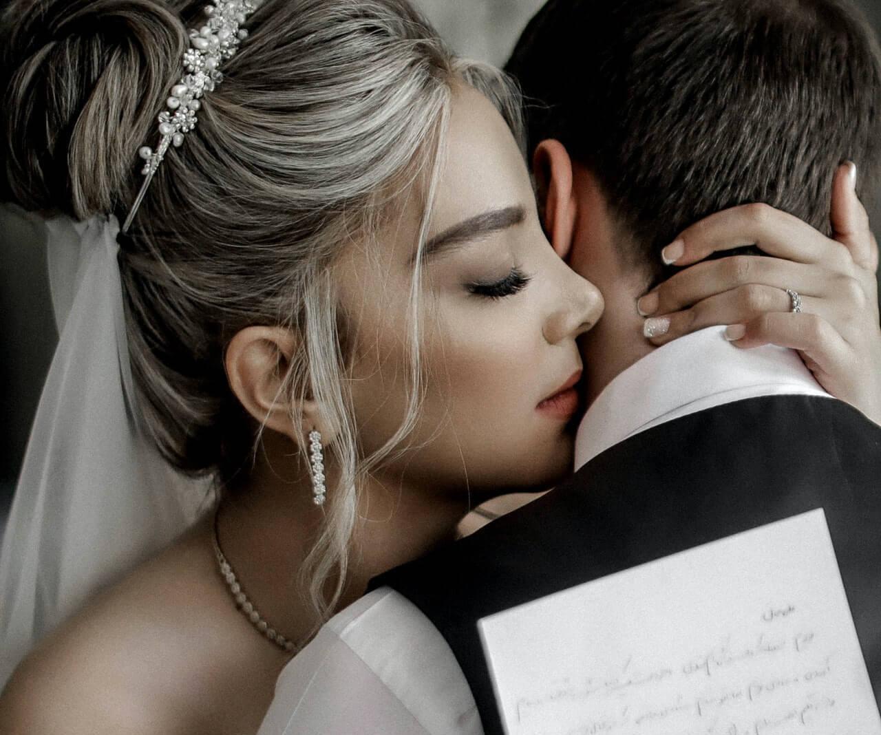 Beijos no pescoço e na orelha